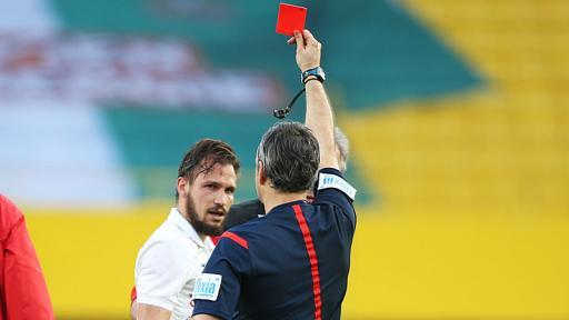 Referee Rene Eisner brandishes a straight red card to Andreas Ulmer with Salzburg up 3:0. The match went on to finish 3:3 with the Bulls unable to hang on with 10 men (picture courtesy of Laola1.at)