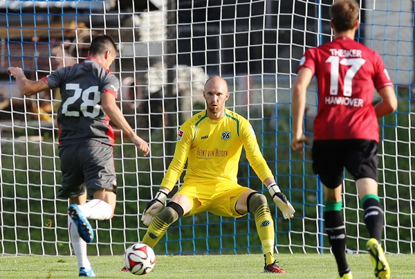 Robert Almer in action for Hannover 96 (Picture courtesy of Hannover 96)