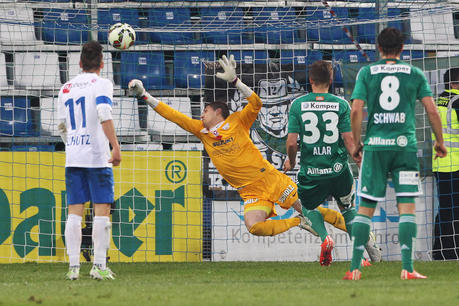 Cican Stankovic (goalkeeper) sprawls to save Deni Alar's penalty in vain (picture courtesy of GEPA pictures/Christian Ort)